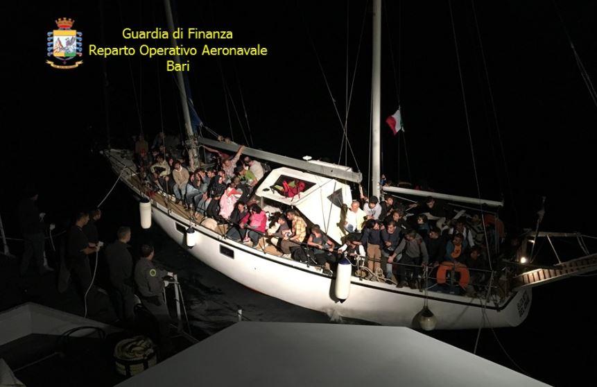 Oltre 50 migranti con un veliero a Crotone, arrestati gli scafisti