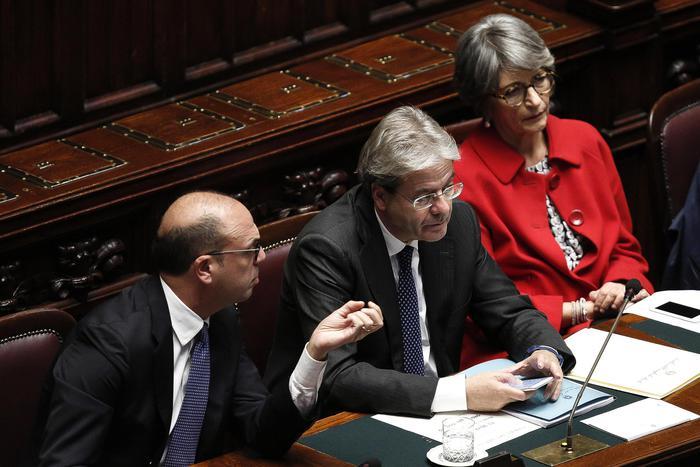 Da sinistra Alfano Gentiloni e Finocchiaro nell'aula della Camera