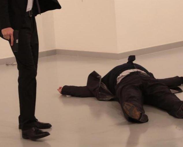 l'Ambasciatore russo Andrei Karlov a terra dopo essere stato sparato
