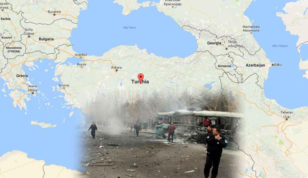 In basso il bus colpito dall'autobomba in Turchia