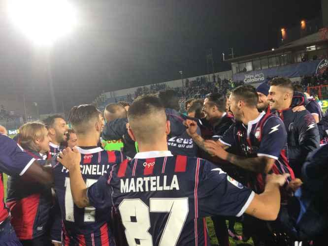 Calciatori del Crotone esultano dopo la vittoria contro il Pescara