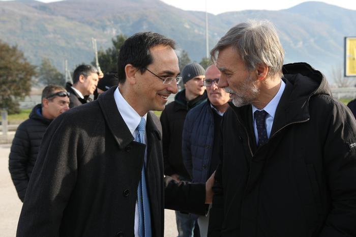 Il ministro dei Trasporti Graziano Delrio (D) e il presidente dell'Anas Gianni Vittorio Armani in occasione del viaggio inaugurale sulla Salerno-Reggio Calabria, 22 dicembre 2016.