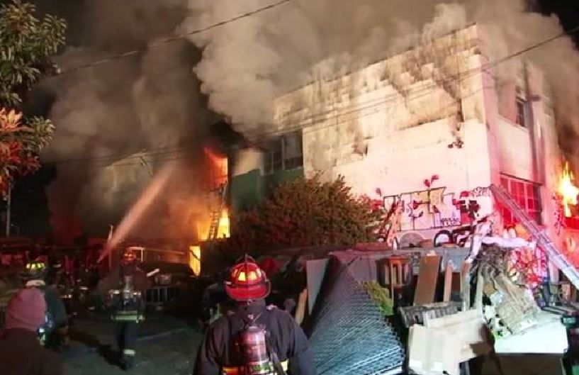 Incendio al rave party a Oakland, l'edificio in fiamme