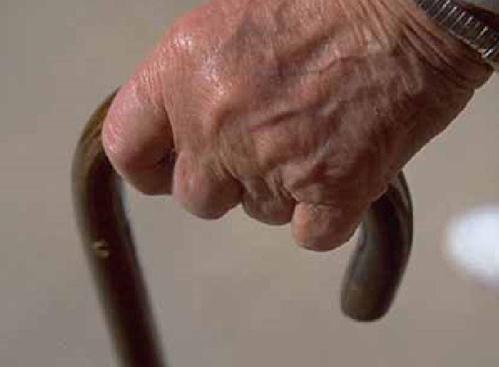 Cerca di ammazzare la moglie a bastonate, anziano arrestato a Volpiano