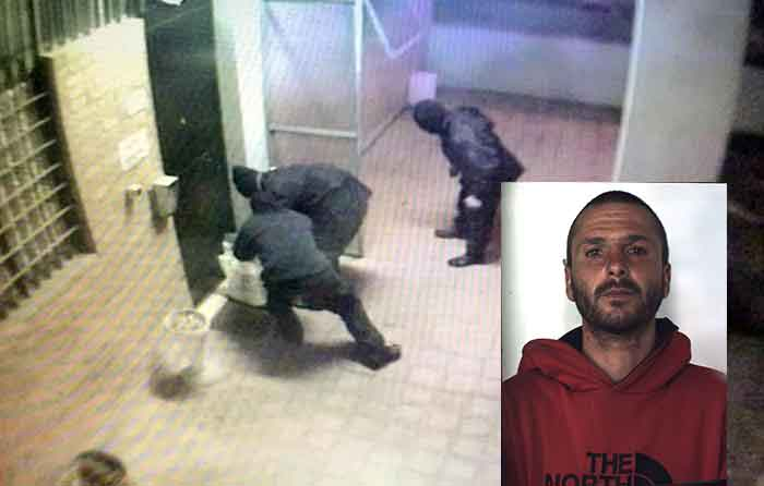 Un frame video dell'attentato alla caserma dei carabinieri di Bologna. Nel riquadro Cedric René Michel Tatoueix