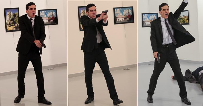 L'attentatore con la pistola dopo aver sparato all'ambasciatore russo