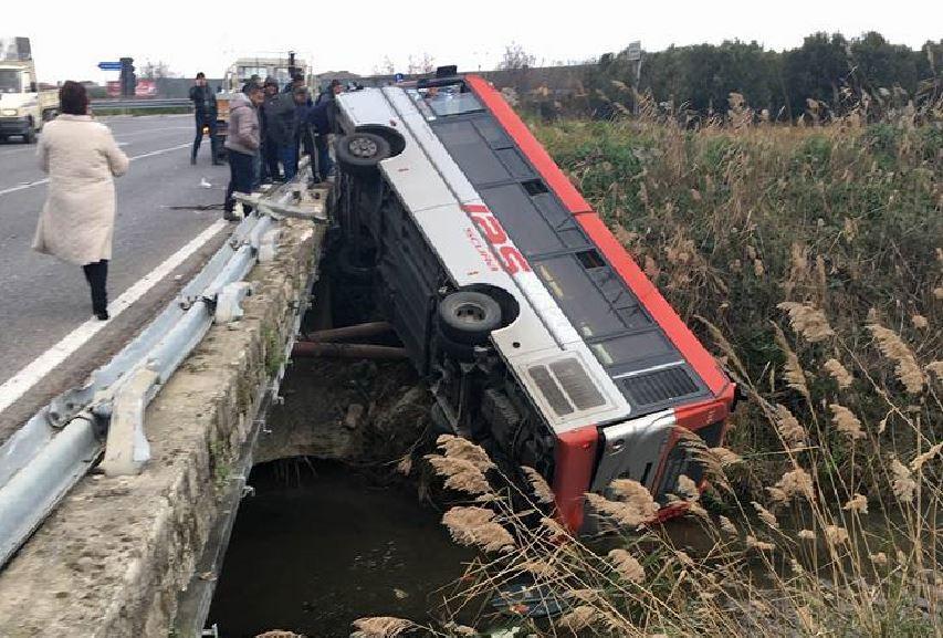 Corigliano Calabro, Autobus si ribalta e finisce in fiume sulla SS106
