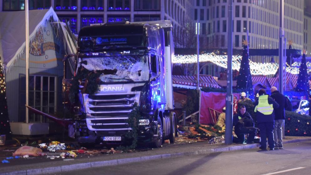 Attentato a Berlino, camion sulla folla a mercato di Natale: 9 morti