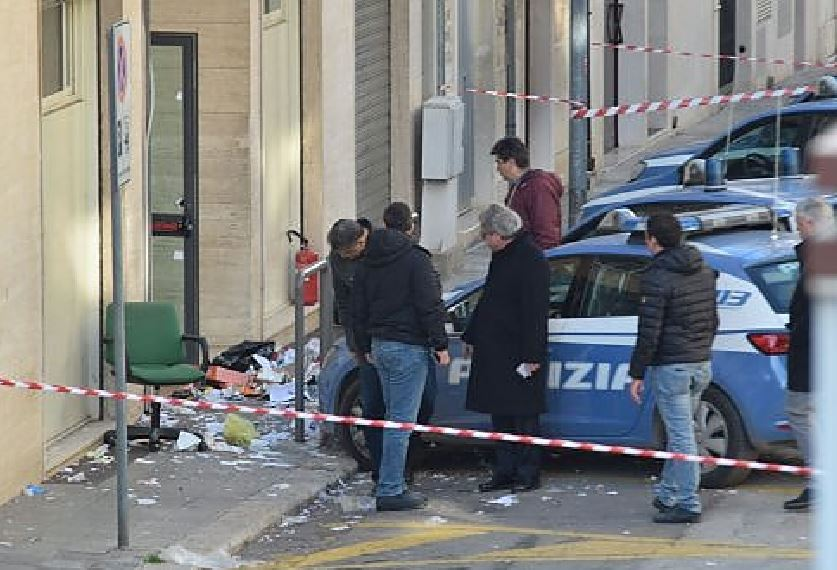 Andria, una bomba nel commissariato di polizia: ferito un addetto alle pulizie