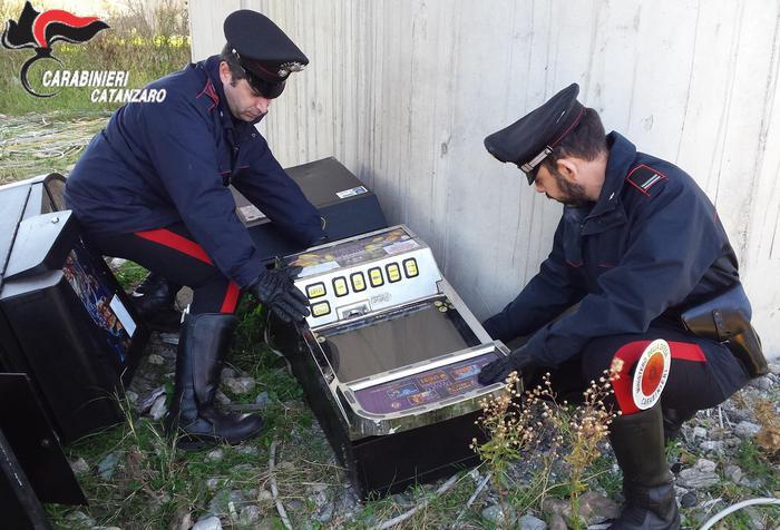 Alcune delle slot-machine svuotate scoperte dai Cc alla periferia di Catanzaro.