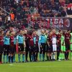 Milan e Crotone durante il minuto di silenzio in memoria del Chapecoense