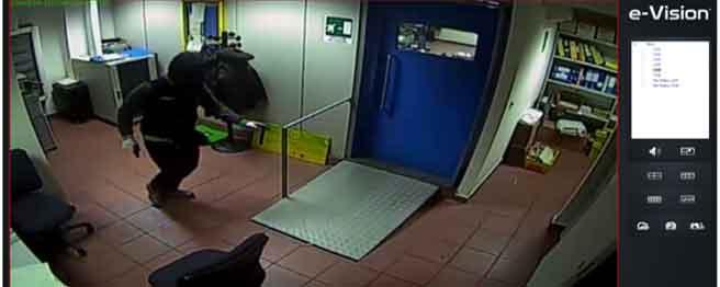 Un frame delle riprese della rapina all'ufficio postale di Pizzo