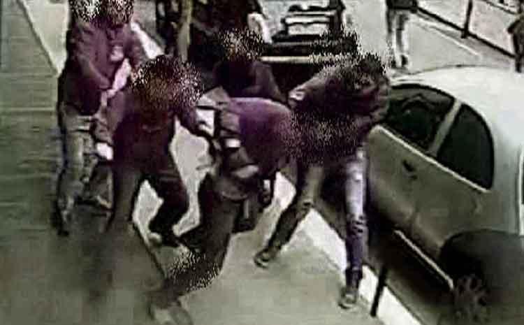 Mega rissa per cancello condominio a Napoli, otto arresti