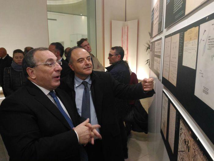 Il procuratore Nicola Gratteri e il prefetto di Reggio Calabria Michele Di Bari alla mostra sulla Shoah a Reggio Calabria