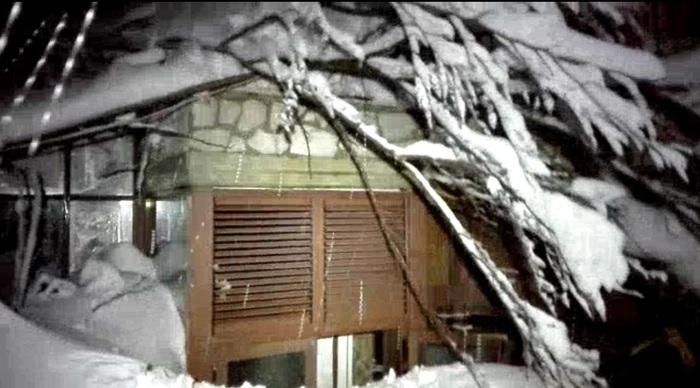 Un'immagine dell'hotel in provincia di Pescara travolto dalla slavina, inviata dai soccorritori giunto sul posto