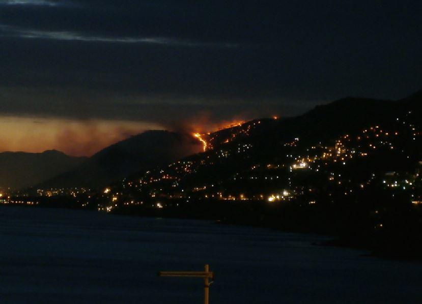 Incendio minaccia le alture di Genova, disagi e sfollati. Chiusa l'A12