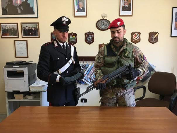 I carabinieri con il Kalashnikov ritrovato a Sinopoli