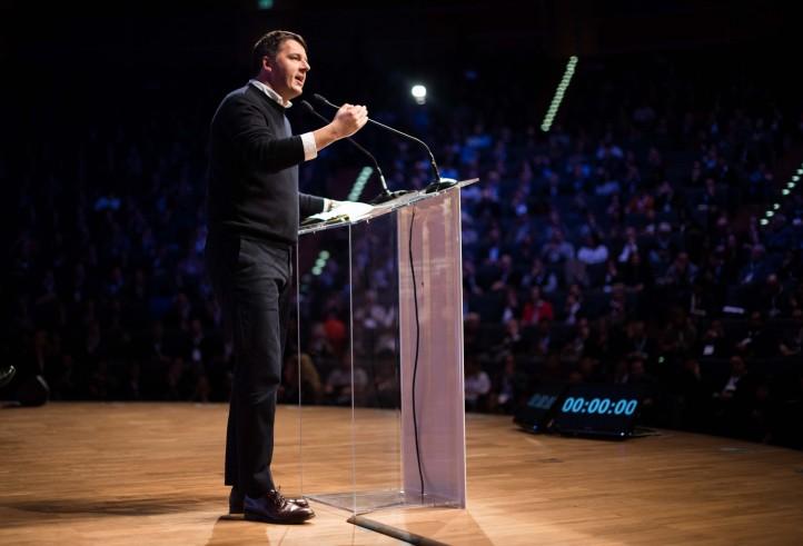 """Renzi a Grillo: """"Pregiudicato"""". Per vincere caos """"serve il 40%"""""""