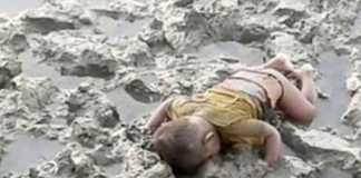 Il piccolo Mohammed Shohayet di etnia Rohingya nel fango della riva di un fiume in Birmania