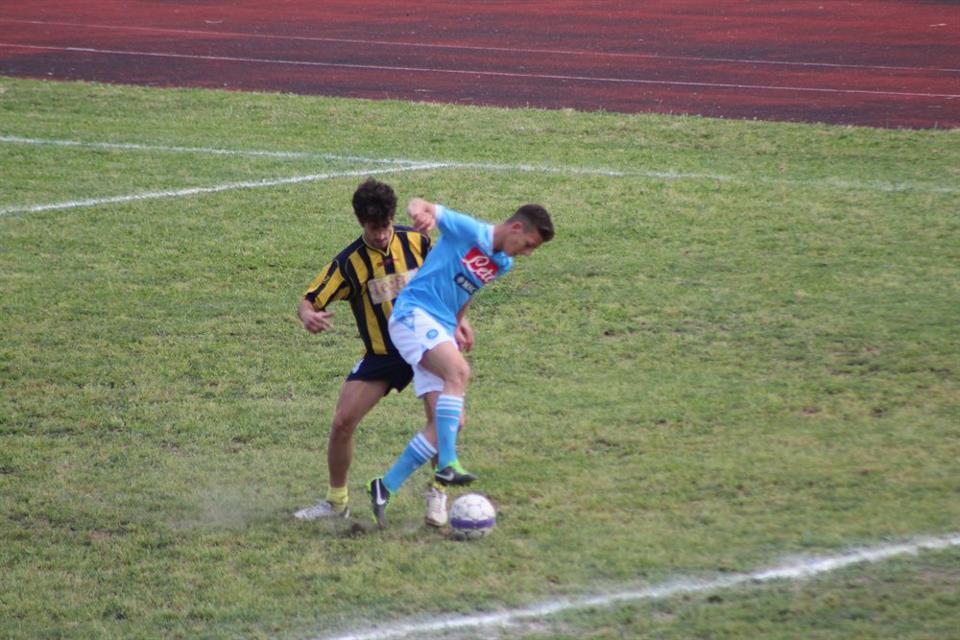 Renato Di Giovanni mentre gioca a calcio con la maglia del Napoli