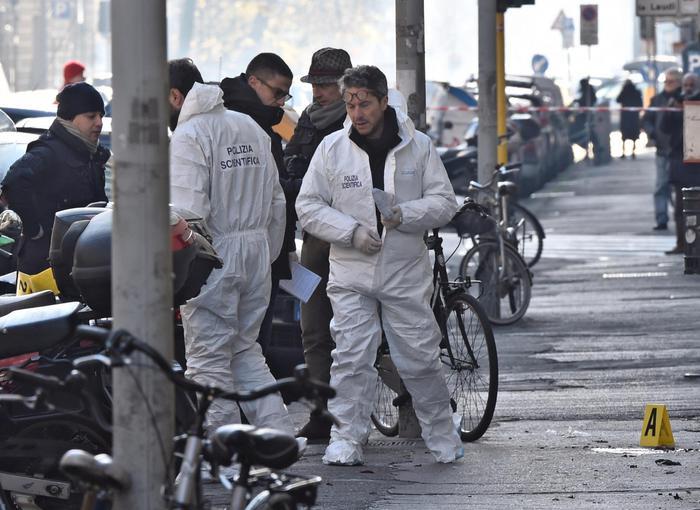 Agenti della Scientifica sul posto dello scoppio a Firenze.