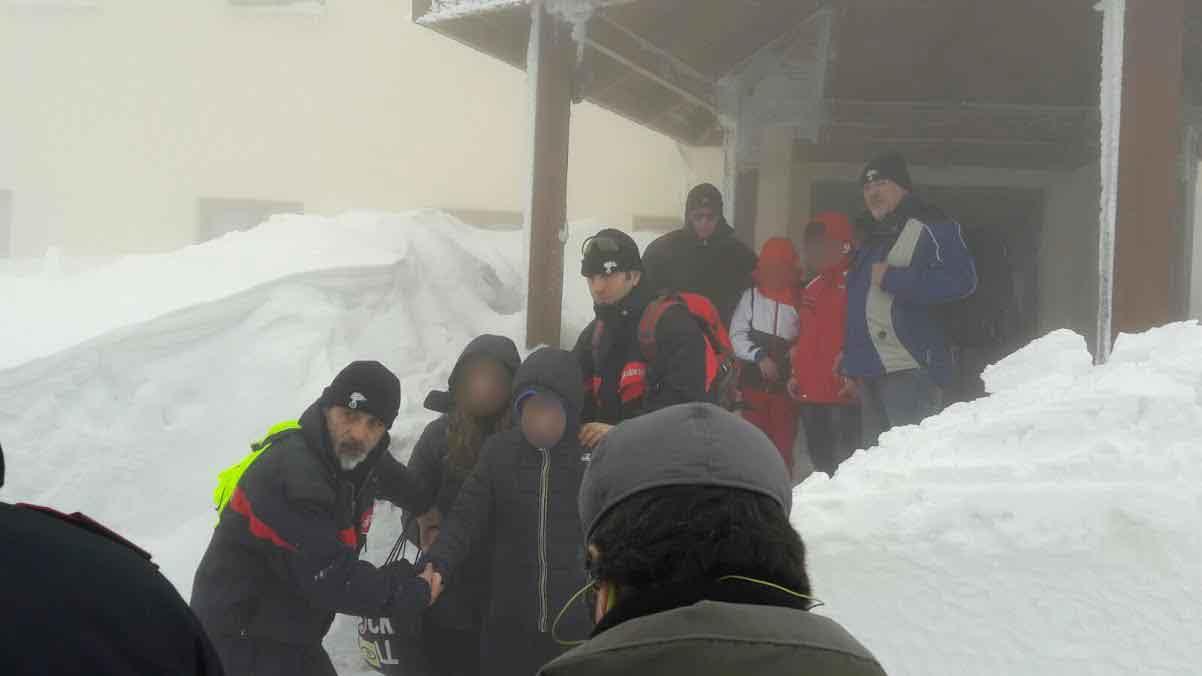 Chieti, 160 bambini intrappolati in hotel messi al sicuro da Carabinieri
