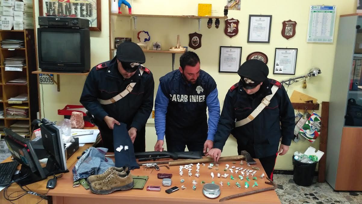 I carabinieri di Petilia con gli oggetti e la droga sequestrata