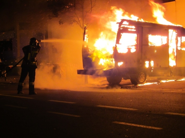 Il camper della famiglia Halinovic avvolto dalle fiamme
