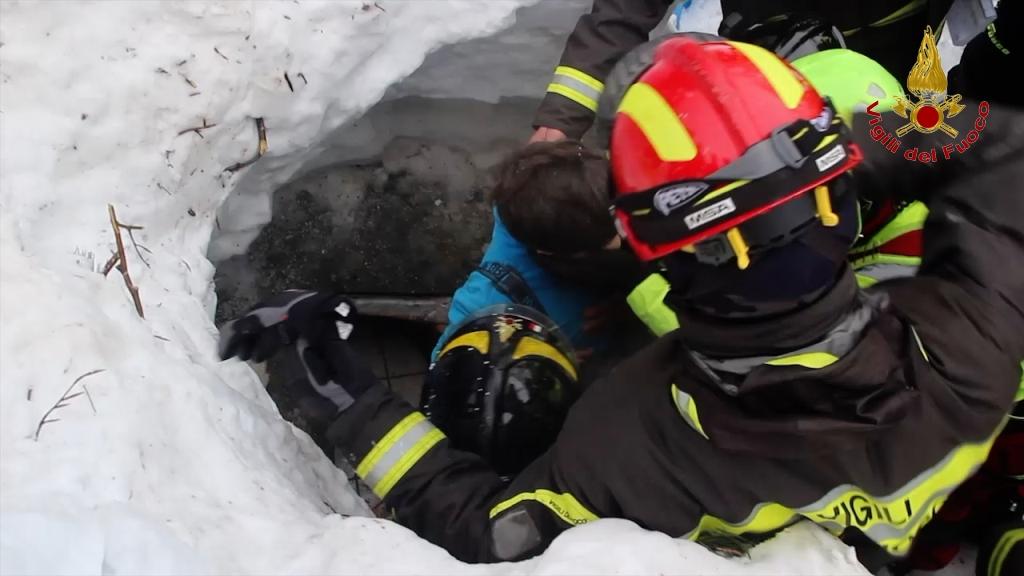 Una delle immagini di salvataggio all'Hotel Rigopiano
