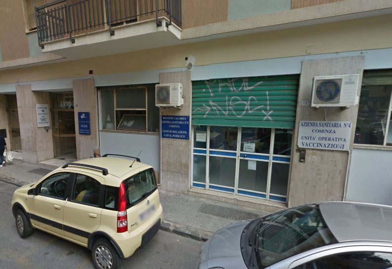 La sede dell'Asp in via delle Medaglie d'Oro a Cosenza vaccini