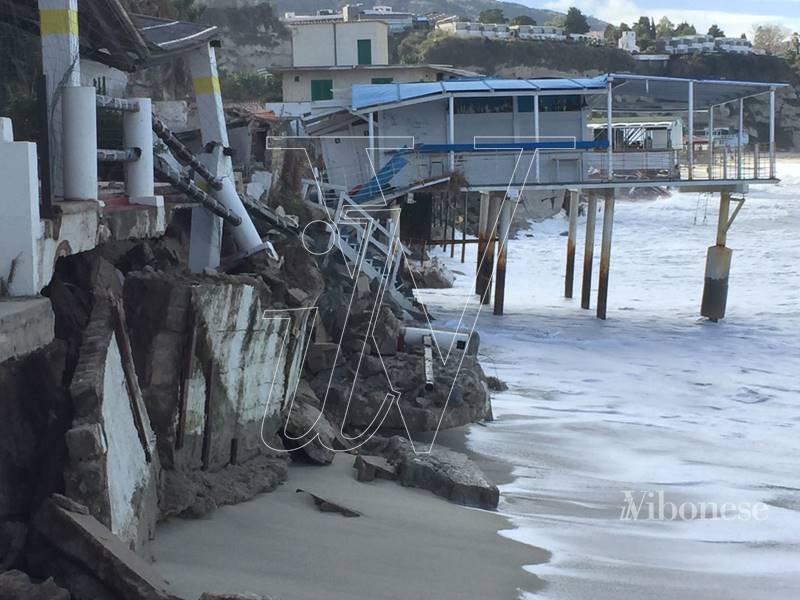 Una immagine eloquente dei danni dopo la mareggiata a Tropea