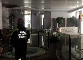 Un soccorritore dei vigili del fuoco all'interno dell'hotel Rigopiano
