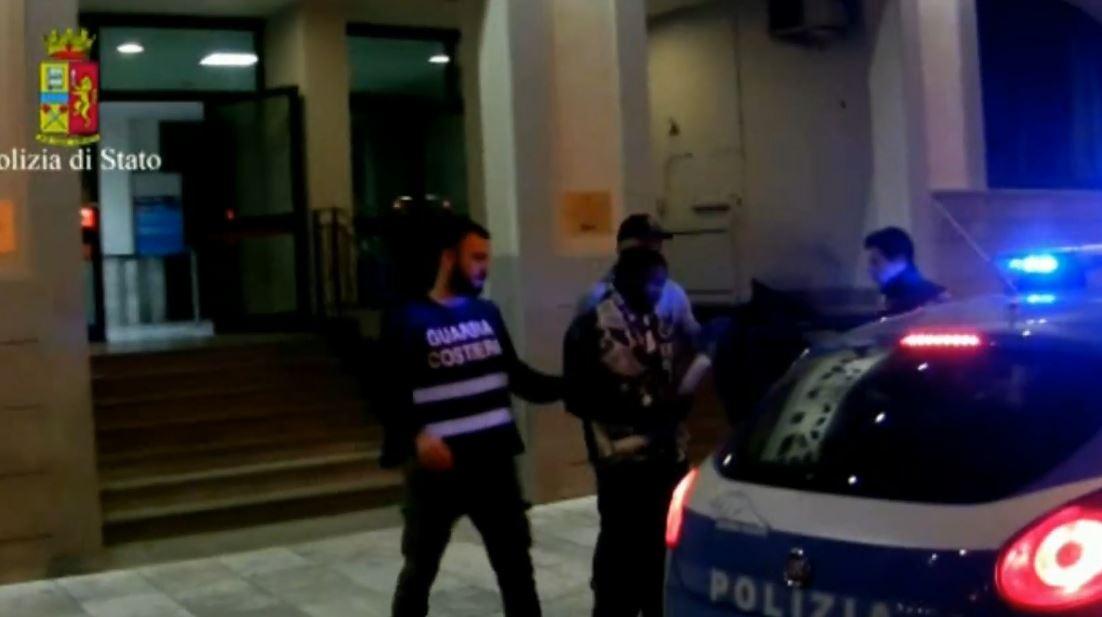 Bassirou Diallo mentre viene condotto in carcere