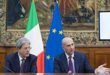 Il premier Paolo Gentiloni e il direttore del DIS Alessandro Pansa durante la presentazione del rapporto
