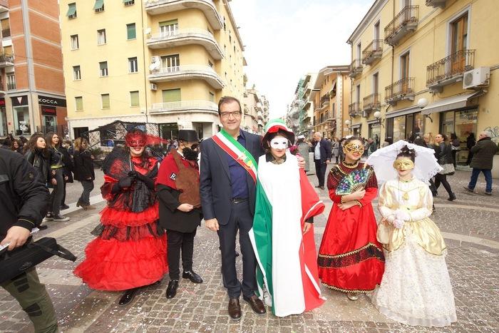 Corteo di Carnevale su Corso Mazzini a Cosenza con il sindaco Mario Occhiuto