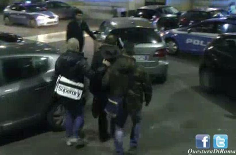 Paolo Scarlata mentre viene preso in custodia dalla Polizia