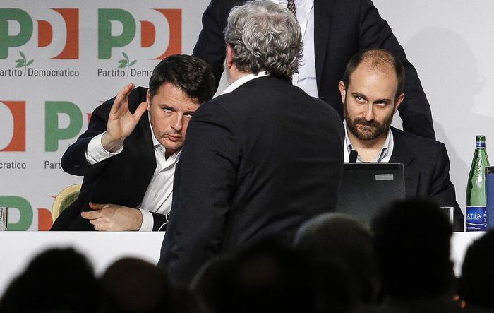 Matteo Renzi stringe la mano a Michele Emiliano