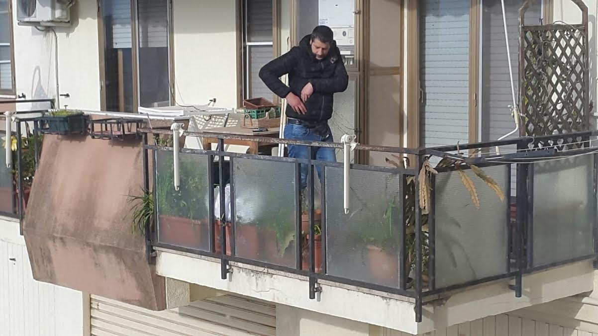 Francesco Scalise su balcone