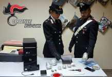 I militari di Reggio Calabria con la droga e gli strumenti sequestrati alla coppia