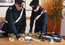 Militari con la droga rinvenuta a Crotone a Massimo Scarriglia
