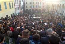 Un momento dei funerali del ragazzo morto suicida a Lavagna