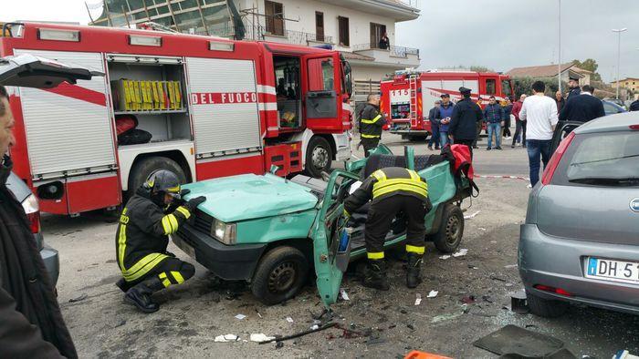 Una delle auto coinvolte nell'incidente stradale a Locri.