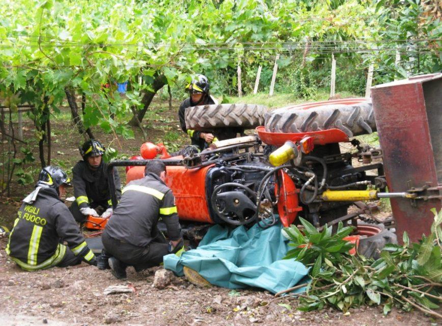 Agricoltore schiacciato trattore archivio