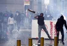 Un teppista lancia oggetti contro la Polizia contro la presenza di Salvini a Napoli