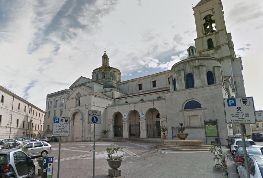 Crolla il soffitto del Duomo di Catanzaro, danni all'altare