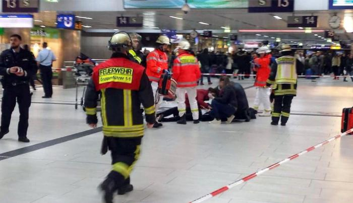 Una immagine dei primi soccorsi alla stazione di Duesseldorf