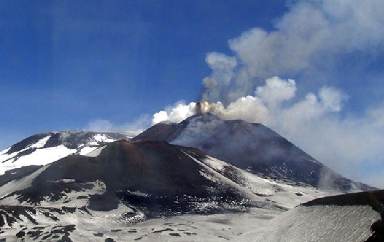 Riprende a eruttare l'Etna, fenomeno monitorato