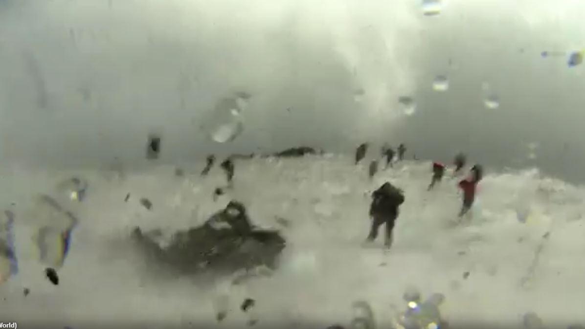 Gli escursionisti subito dopo l'esplosione lavica dell'Etna