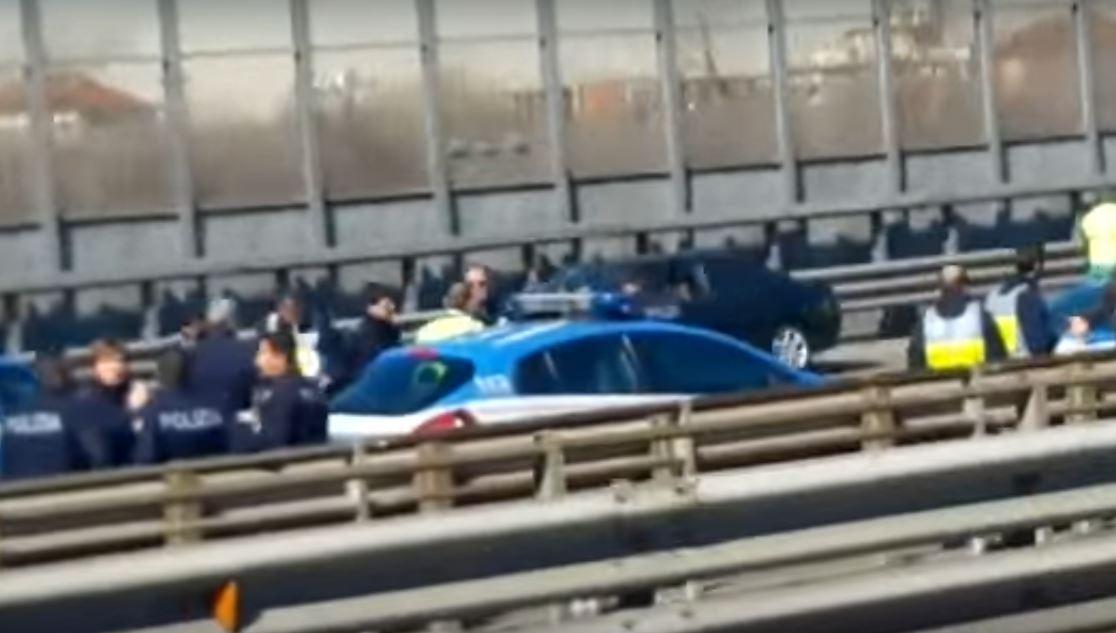 Un'auto della Polizia coinvolta nell'inseguimento