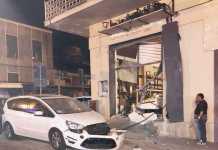 La saracinesca del panificio di Lamezia Terme distrutta dalla bomba